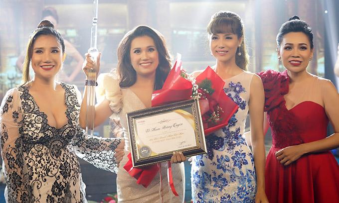 Cát Tường cùng Á khôi Thể thao Băng Châu (thứ hai từ phải qua) lên trao giải cho một thí sinh đoạt thành tích cao.