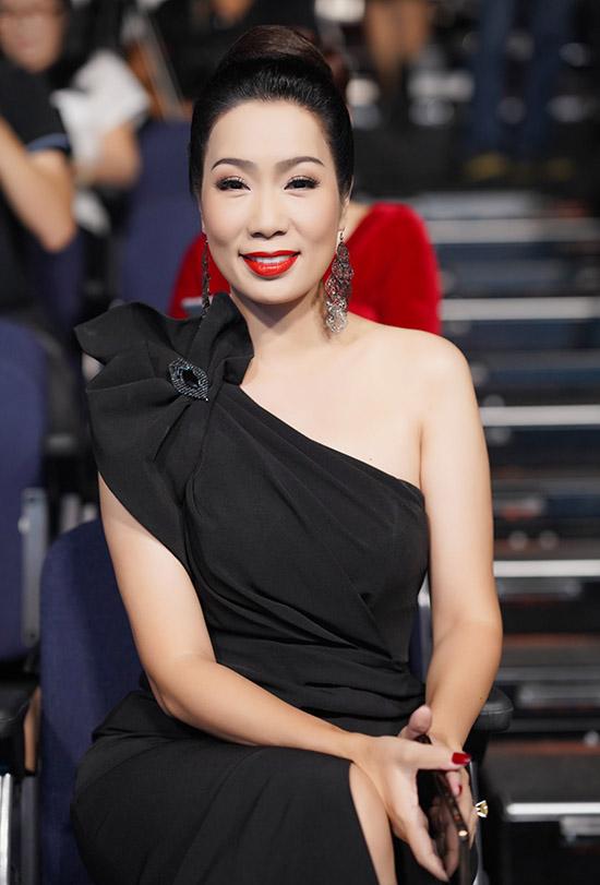 Á hậu Trịnh Kim Chi tôn làn da trắng muốt với váy dạ hội lệch vai gam đen.