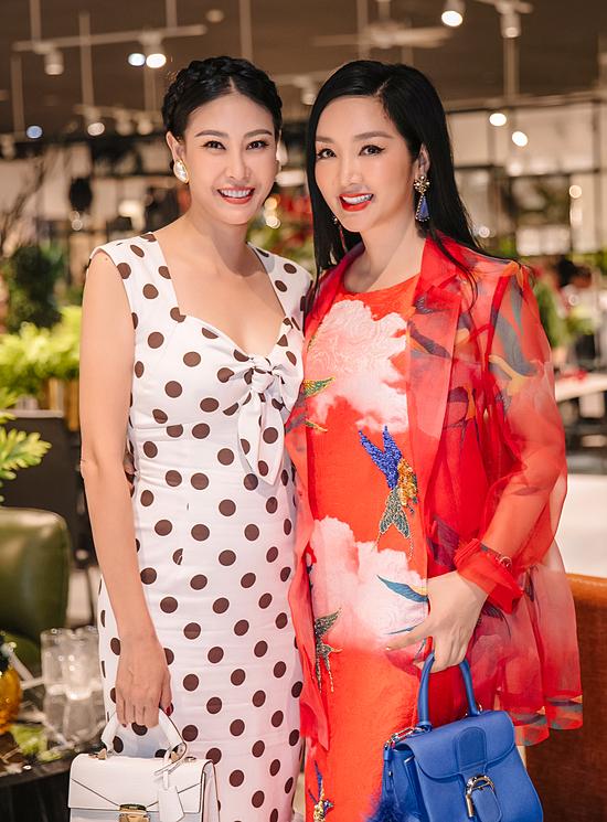 Hà Kiều Anh (trái) và Giáng My rất thân thiết ngoài đời. Họ thường gặp nhau ở những buổi tiệc trà, trò chuyện về cuộc sống và công việc.