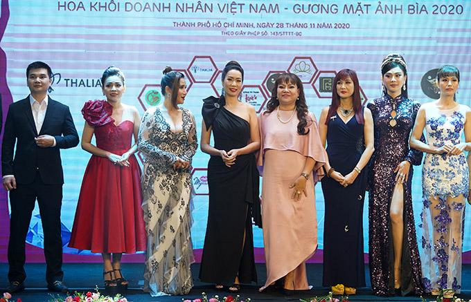 Diễn viên Hiền Mai (thứ ba từ trái qua) khoe vóc dáng thon thả với váy ôm khít cơ thể.