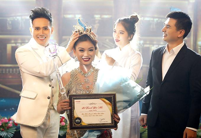 Nguyên Vũ trao giải Hoa khôi Doanh nhân Việt Nam 2020 cho thí sinh Đỗ Thanh Yến Nhi của TP HCM.  Cuộc thi đã tổ chức được 8 năm, tôn vinh nhiều nữ doanh nhân tài sắc vẹn toàn.