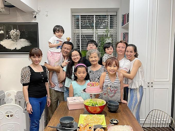 Đại gia đình Hoàng Bách mừng sinh nhật tuổi 79 của mẹ.