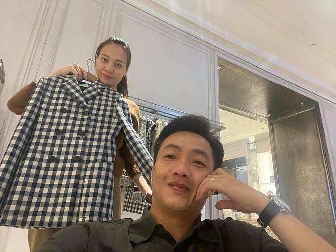 Cường Đôla đưa bà xã Đàm Thu Trang đi mua quà sinh nhật vì cả năm cô vất vả lo cho chồng con.