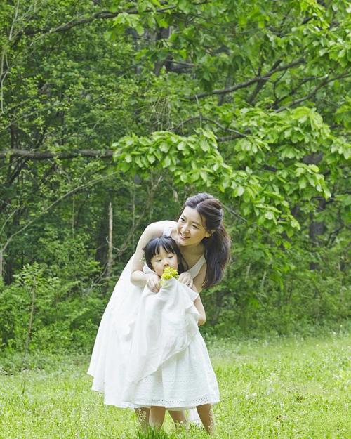 Lee Young Ae bên con gái.