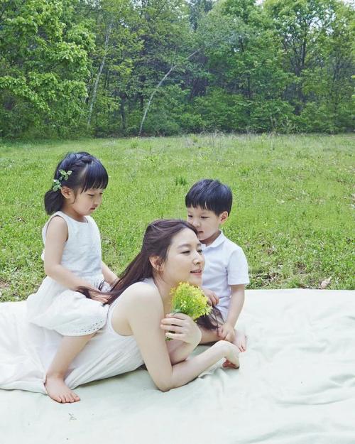 Lee Young Ae trong bộ ảnh chụp cùng hai con.