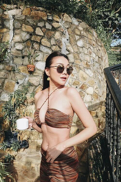 Siêu mẫu Thanh Hằng khoe body săn chắc với áo tắm.