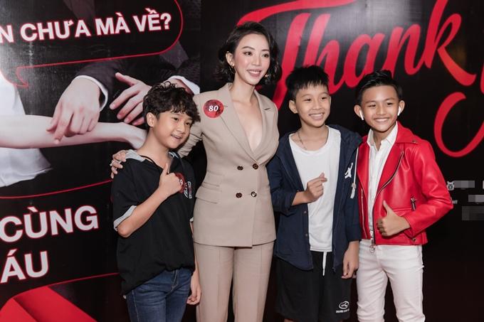 Thu Trang bên ba trong số dàn diễn viên nhí đông đảo của bộ phim.