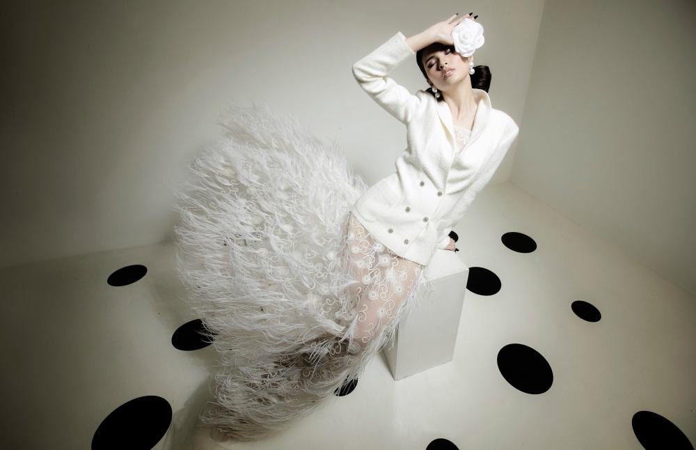 Các thiết kế được lấy cảm hứng từ sự tối giản và thanh lịch trong váy cưới của giới thượng lưu nước Pháp. Chất liệu vải tweed được sử dung chủ đạo, nhấn nhá thêm ren xuyên thấu, lông vũ tôn lên ngoại hình của người mặc.