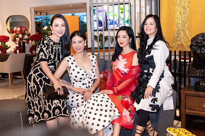 Ca sĩ Hồng Nhung hội ngộ cùng hoa hậu Giáng My, Hà Kiều Anh, diễn viên múa Linh Nga khi dự khai trương một cửa hàng ở Nha Trang.