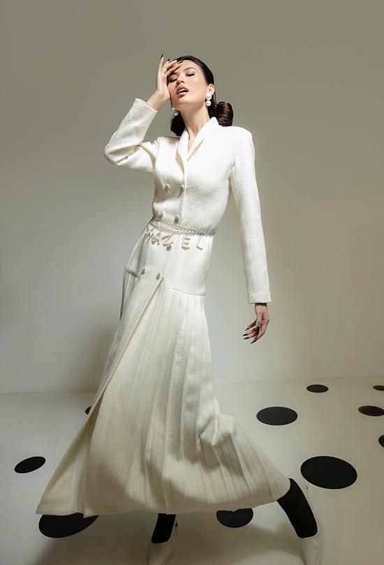 Để trang phục bớt đơn điệu, từng chi tiết cúc áo hay phụ kiện thắt lưng được chủ ý sắp xếp.