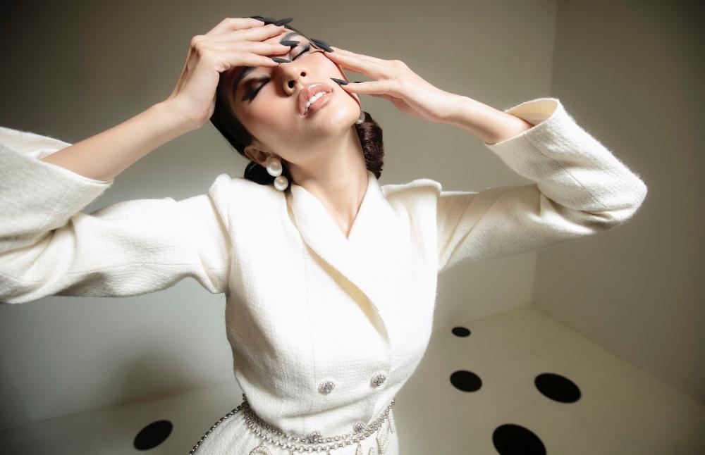 Tông màu trắng luôn mang đến vẻ đẹp thời thượng nên được nhà thiết kế vận dụng xuyên suốt bộ sưu tập.