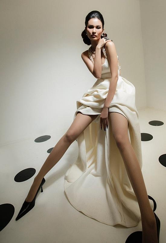 Trong chiếc đầm hai dây bản vuông, người mẫu Cao Thiên Trang khoe nét đẹp sexy.