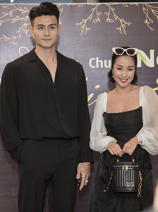 Diễn viên Ốc Thanh Vân trông nhỏ bé bên chàng siêu mẫu cao lớn.
