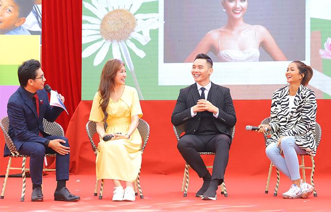 Có mặt sau hành trình dài đi ôtô đường núi nhưng cả Hari Won (áo vàng) và HHen Niê (áo đen trắng) đều giữ được thần thái rạng rỡ. Chương trình diễn ra ở thị trấn Yên Bình (huyện Quang Bình - Hà Giang).