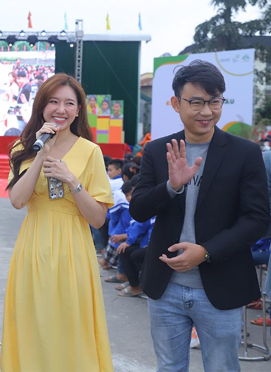 Diễn viên Minh Tít gác lại công việc bận rộn tại Nhà hát Kịch Hà Nội và công ty giải trí riêng để đồng hành với chương trình ở các huyện vùng sâu, vùng xa.