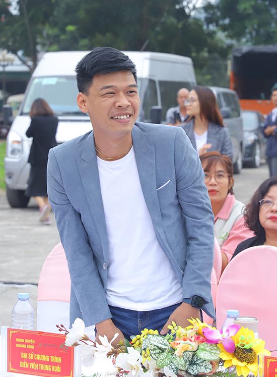 Diễn viên Trung Ruồi cũng là một trong những đại sứ của chương trình. Anh cùng Minh Tít mang đến nhiều tiếng cười với tiểu phẩm Giữ gìn tình cảm trong sáng và gửi đi thông điệp trẻ em nên có tình bạn trong sáng và không nên đi quá giới hạn hay cưới quá sớm.