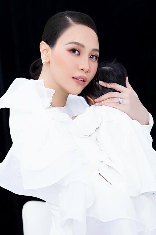 Happy birthday to me. Sinh nhật đầu tiên của mẹ có con. Món quà lớn nhất của cuộc đời mẹ, Đàm Thu Trang chia sẻ.