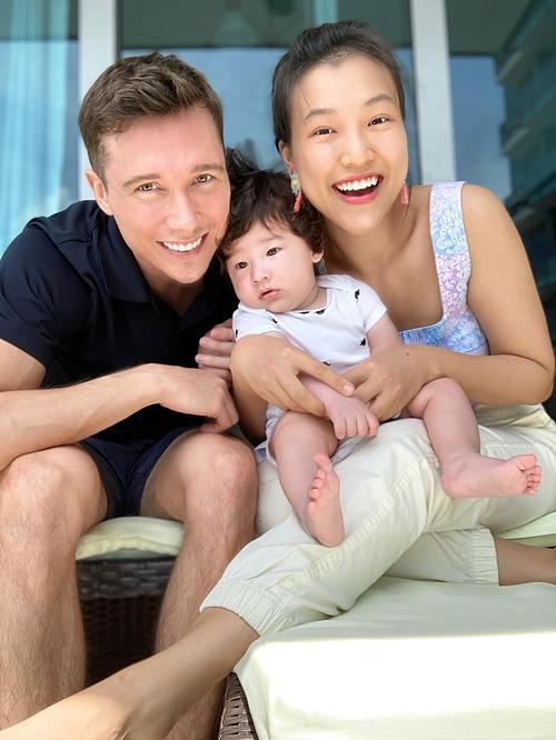 Thôi ba mẹ ơi con ko thích chụp hình đâu, MC Hoàng Oanh hài hước bình luận về biểu cảm của con trai.
