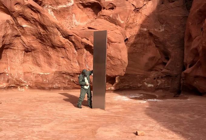 Cột kim loại bí ẩn mọc giữa sa mạc phía đông bang Utah, Mỹ. Ảnh: Sun.