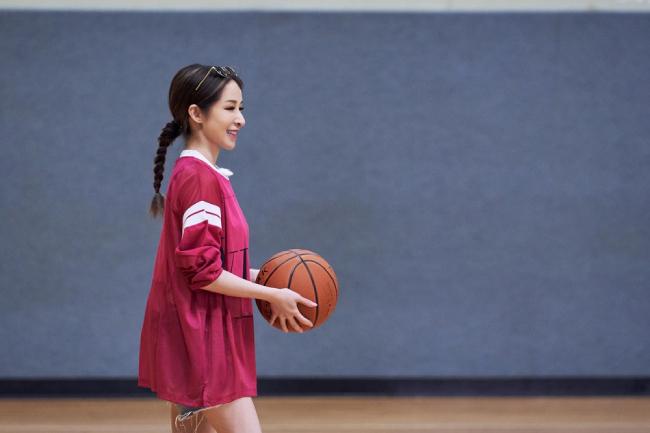 Tiêu Á Hiên trông trẻ trung, cá tính khi xuất hiện trên sân bóng rổ cùng bạn trai Hoàng Hạo.
