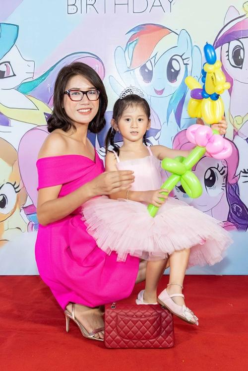 Trang Trần và con gái Kiến Lửa trong tiệc sinh nhật.