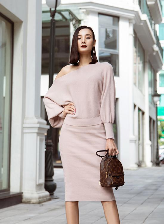 Chuyến đi còn có sự đồng hành của các người mẫu thân thiết với Đỗ Mạnh Cường. Lê Thúy giấu đường cong trong phom áo rộng lệch vai và chân váy tiệp màu, kết hợp balo Louis Vuitton nhỏ nhắn.