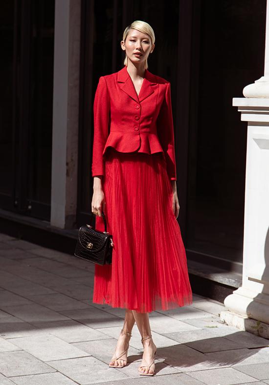 Blazer kèm chân váy xòe bồng bềnh biến Hằng Nguyễn thành quý cô duyên dáng.