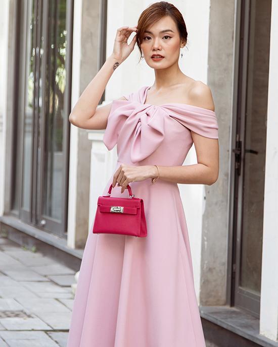 Lê Thanh Thảo chọn đầm hồng ngọt ngào, khoe vai trần mong manh.