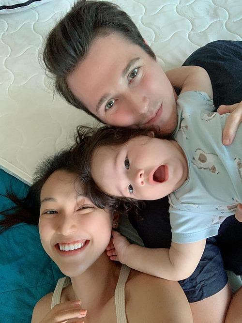 Vợ chồng MC Hoàng Oanh chơi đùa cùng con trai.