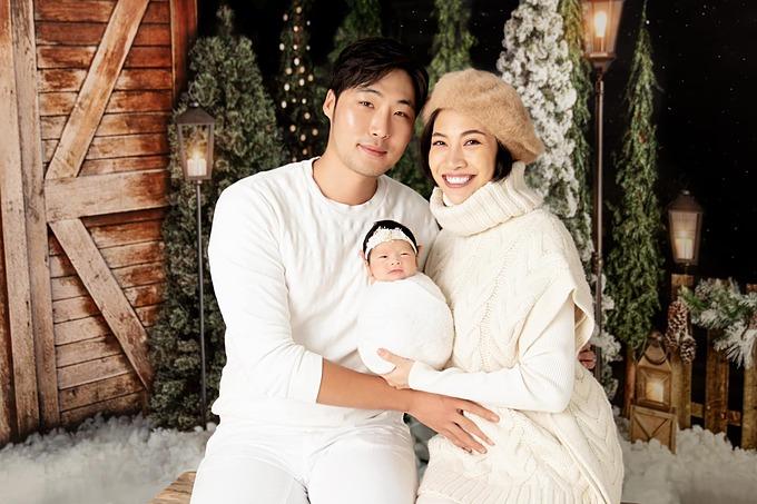 Gia đình Pha Lê chụp ảnh Giáng sinh sớm.