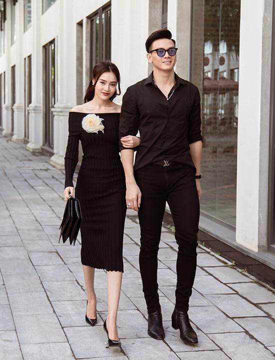 Người đẹp sinh năm 1990 thân mật khoác tay chàng thơ Lê Xuân Tiền dạo phố Hạ Long với trang phục đen đồng điệu. Cả hai từng vào vai người yêu của nhau trong phim Gái già lắm chiêu phần 2 và 3.