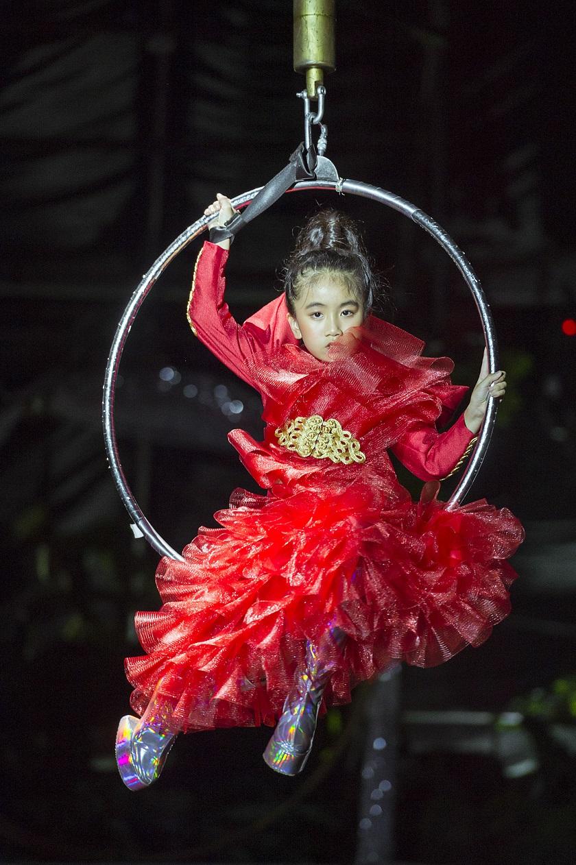 Đảm nhiệm vị trí vedette của Phan Quốc An, mẫu nhí Alice Nguyễn gây ấn tượng khi catwalk với giày móng ngựa và đu vòng trên cao.