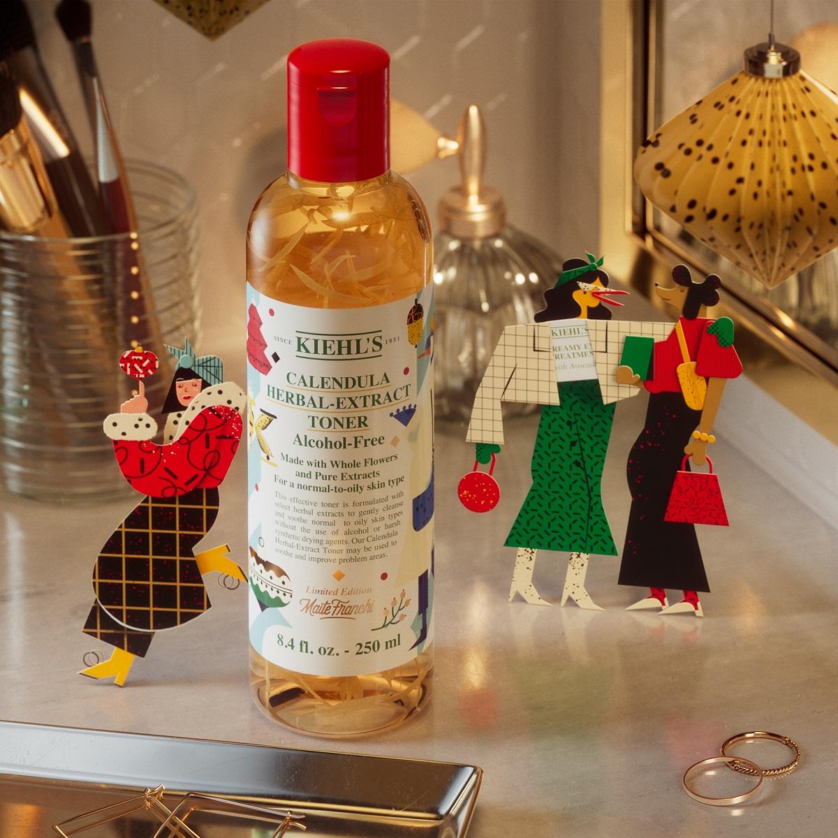 Nước cân bằng da hoa cúc Kiehls Calendula Herbal Extract Alcohol-Free Toner 250 ml là sản phẩm tiếp theo sở hữu thiết kế mới nhân dịp lễ hội. Đây cũng là phiên bản giới hạn được hãng dược mỹ phẩm Kiehls bán độc quyền trên Lazada với mức giá ưu đãi chỉ 1 triệu đồng. Thành phần chiết xuất từ hoa cúc được chọn lọc và hái bằng tay; an toàn, lành tính cho da; giúp làm sạch da dịu nhẹ; cân bằng độ ẩm cho da và làm đều màu da; thích hợp cho da thường, da dầu và cả da nhạy cảm.Bên cạnh mức giá ưu đãi, Kiehls và Lazada còn đặc biệt tặng kèm set quà trị giá đến 600.000 đồng khi mua sản phẩm trên. Với những đơn hàng khác từ thương hiệu, Kiehls tặng kèm quà trị giá 300.000 đồng. Bạn còn có cơ hội nhận thêm quà tặng trong khung giờ vàng như: 0h-2h tặng set quà 650.000 đồng cho đơn từ 1,5 triệu đồng; 12h-14h tặng Super Serum 30 ml trị giá 200.000 đồng cho mọi đơn hàng; 20h22h tặng mặt nạ đất sét 120.000 đồng.