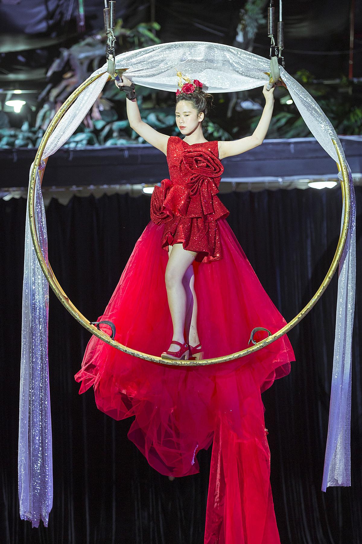 Hoa hậu nhí Bella Vũ diện một chiếc váy dạ hội màu đỏ lộng lẫy với phần đuôi dài xuất hiện từ trên cao đem lại màn kết show đẹp mắt cho chương trình.