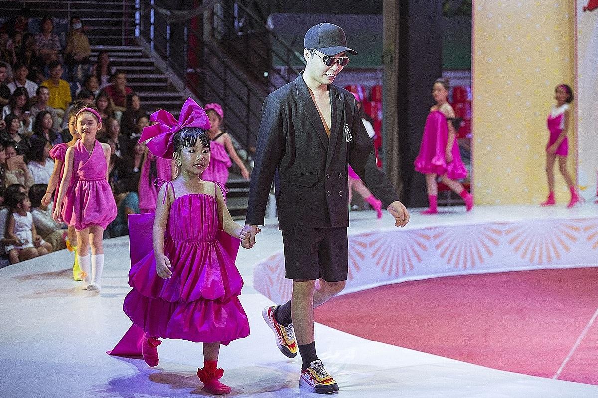 Điểm nhấn đáng yêu là các người mẫu nhí catwalk trong những đôi tất nhiều màu sắc, tạo vẻ hồn nhiên đúng lứa tuổi. Cô bé 6 tuổi Trương Ngọc Diệp dắt tay nhà thiết kế chào khán giả.