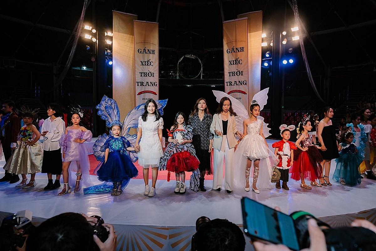 Các nhà thiết kế trẻ từ Đại học Công Nghiệp TP HCM mang đến các mẫu trang phục về một thế giới cổ tích đa sắc màu với nhiều tạo hình nhân vật ngộ nghĩnh cho các bé. Mẫu nhí Quỳnh Phương (thứ năm bên trái) diện đôi cánh bướm màu xanh lấp lánh, mở màn cho bộ sưu tập