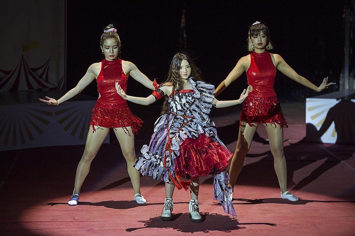 Bản sao nhí của Hương Giang Diễm Quỳnh xuất hiện với hình ảnh xinh đẹp của của nàng Alice. Người mẫu nhí thể hiện sự nhuần nhuyễn giữa vũ đạo và catwalk.