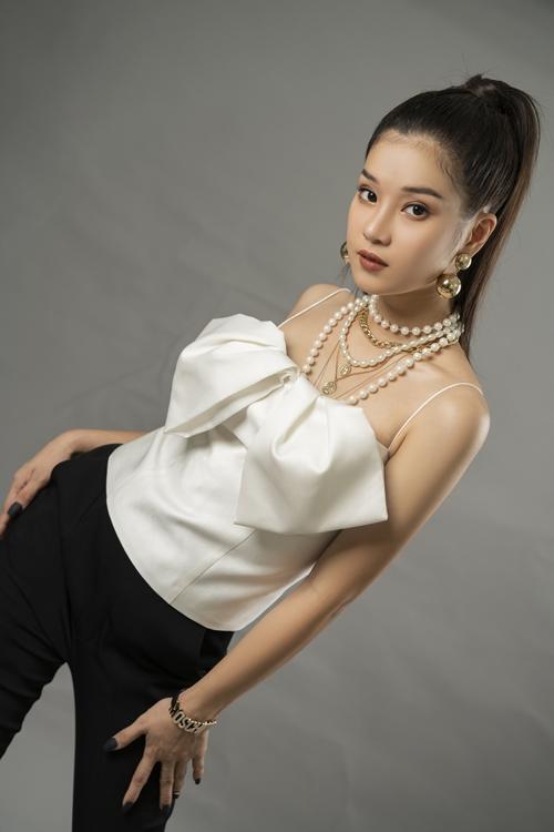 Hoàng Yến Chibi dần thoát khỏi hình ảnh trẻ thơ, dễ thương lúc trước để trở nên già dặn, trưởng thành ở tuổi 25.