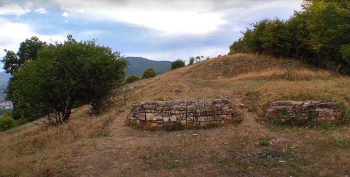 Dấu vết còn sót lại của pháo đài Petrodava Dacian,  trên đồi Batca Doamnei ở thành phố Poatra Neamt - nơi khối kim loại bí ẩn được tìm thấy. Ảnh: Newsflash.