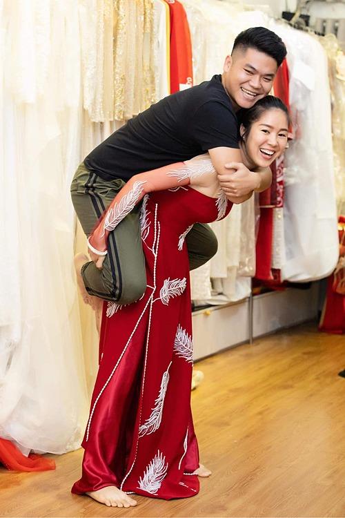 Cõng chồng cõng con chỉ là chuyện nhỏ, diễn viên Lê Phương hài hước bình luận về bức ảnh bên ông xã Trung Kiên.