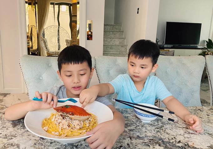 Hai con trai Ken - Đăng Anh thưởng thức món ăn mẹ nấu.