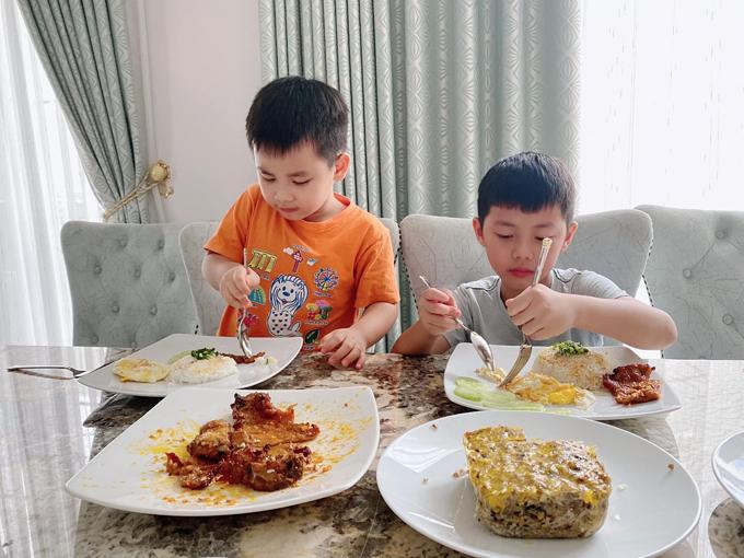 Ngoài các món Âu, Thủy Anh cũng dễ dàng trổ tài món Á cho gia đình. Hai con trai thưởng thức cơm tấm sườn bì chả do mẹ làm.