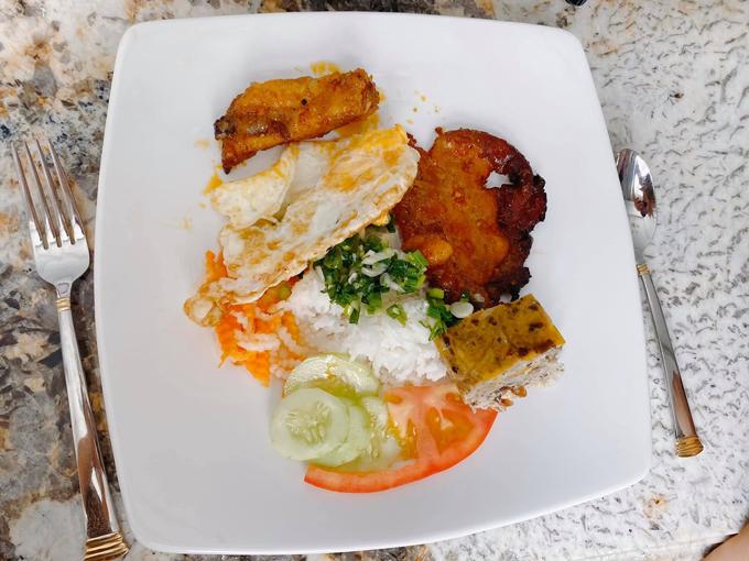 Thủy Anh trình bày món ăn y như ngoài hàng và cảm thấy vui khi các con ăn hết veo món mà cô nấu.