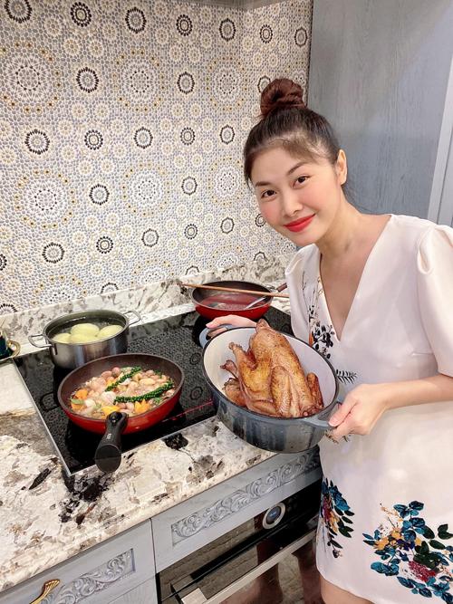 Vì tình yêu gia đình, yêu bếp nên Thủy Anh luôn trổ tài làm những món ăn ngon cho cả nhà cùng thưởng thức. Cô chia sẻ cách làm món gà hầm rượu vang với nguyên liệu gồm: 1 con gà, 1 chai rượu vang Đà Lạt, cà rốt, khoai tây bi, hành tây bi, nấm rơm, bột mì, xốt cà chua, hạt tiêu tươi, ngũ vị hương, gia vị, đường, dầu ăn và lá cà ri tươi. Cách làm là ướp gà và cà rốt, khoai tây, hành tây, nấm rơm với gia vị, ngũ vị hương, hạt tiêu tươi với 1 chai rượu vang từ 5-6 tiếng cho ngấm. Thủy Anh thường ướp buổi trưa rồi để tủ lạnh đến 18h mang ra chế biến. Sau khi chiên gà vàng, Thủy Anh chiên rau củ quả, cho bột mì pha nước và xốt cà chua, rau củ, đổ nước ướp rượu vang ban đầu vào, nêm chút đường, đun sôi cho sánh và đổ hỗn hợp đó vào gà. Hầm gà và hỗn hợp rau củ trong 1 tiếng đồng hồ với nhiệt độ nhỏ liu riu. Món ăn được Thủy Anh mô tả có vị ngọt của rau củ và thịt, thơm nồng của rượu vang và lá cà ri, ăn kèm với bánh mì nóng giòn sẽ đúng vị ẩm thực nước Pháp.