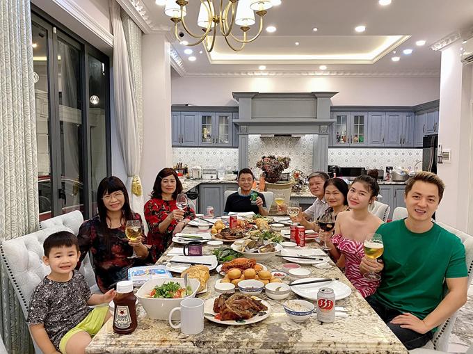Nhờ những bữa ăn đông người, cả gia đình thêm xích lại gần nhau.