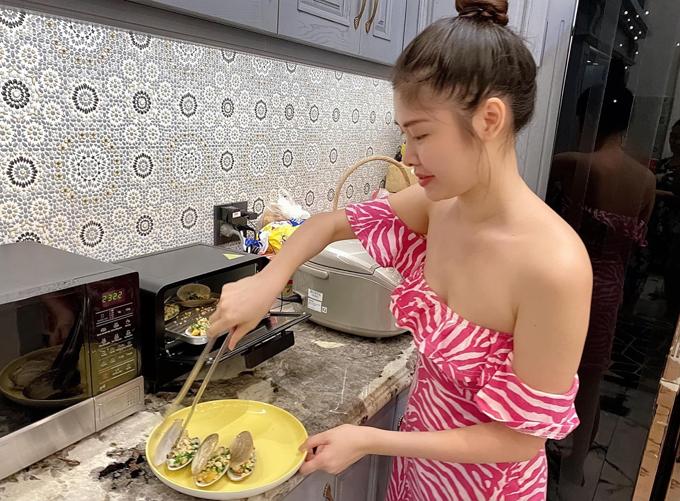 Thủy Anh cũng làm bếp trưởng khi đãi tiệc người thân, bạn bè tại nhà.
