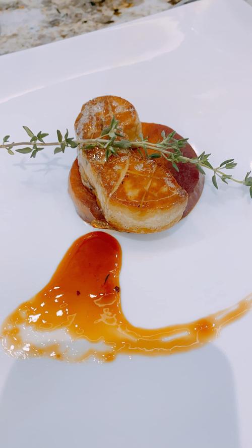 Thủy Anh rất chịu khó quan sát khi thưởng thức món ăn ở nhà hàng Tây, học hỏi cách trang trí để áp dụng cho món ăn mình thực hiện.