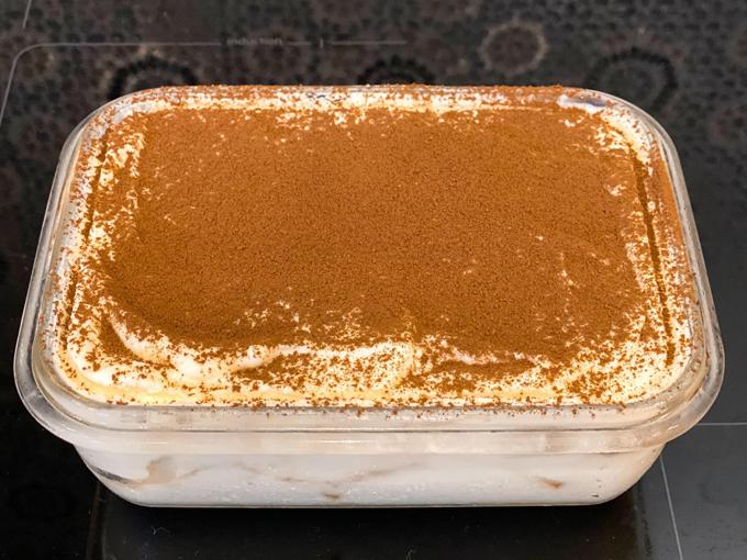 Ngoài các món mặn, mẹ hai con còn biết làm bánh tiramisu tráng miệng. Cô mô tả món bánh chuẩn vị Italy, mịn, thơm mùi phô mai, rượu rum và cafe. Bánh thành phẩm của Thủy Anh không quá ngọt, ăn mát, cốt bánh xốp mềm. Phần kem phủ bánh làm từ hỗn hợp kem tươi, phô mai Mascapone và có chút hương vani. Bánh được làm xong cũng là lúc Thủy Anh cho vào tủ lạnh 5 tiếng để định hình. Tới khi ăn, cô mới rắc bột cacao lên trên.
