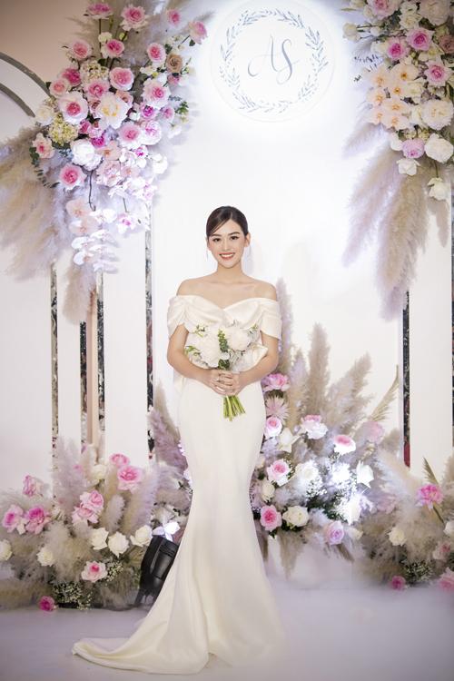Còn váy cưới đầu tiên mà cô dâu diện để đón khách thuộc dòng váy tối giản Minimalism, có tên gọi Audrey được thực hiện bằng chất liệu Silk Duchess Italy (lụa công nương Italy).