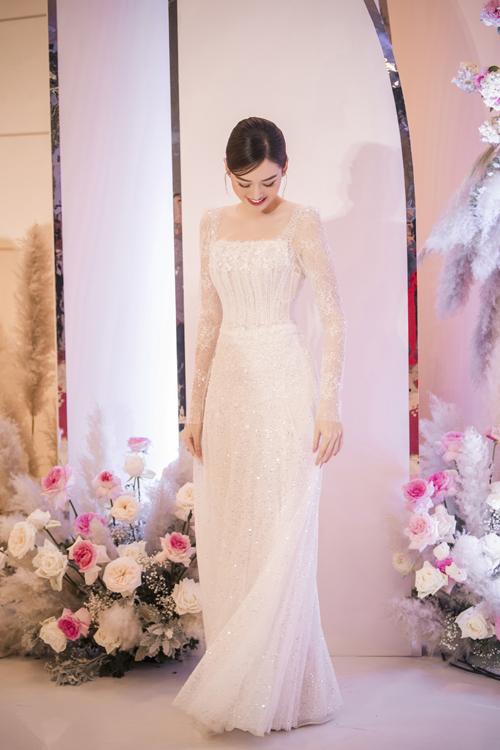 Phần tùng váy gọn nhẹ giúp á hậu dễ di chuyển trong không gian tiệc cưới khoảng 100 bàn.